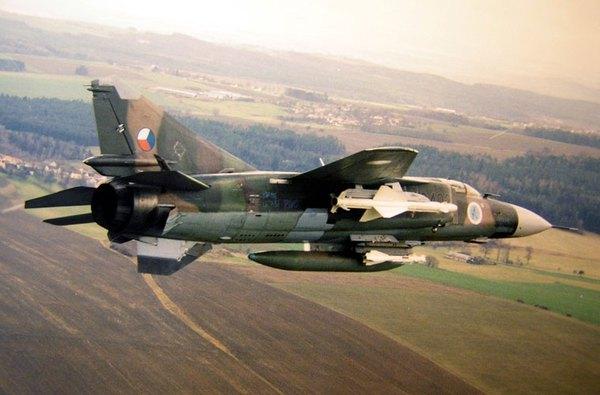 Máy bay có khả năng mang 3 tấn vũ khí trên 6 giá treo gồm: tên lửa tầm trung R-23 (tầm bắn 30-50km), tên lửa tầm ngắn R-60 (tầm bắn 8km). Ảnh minh họa