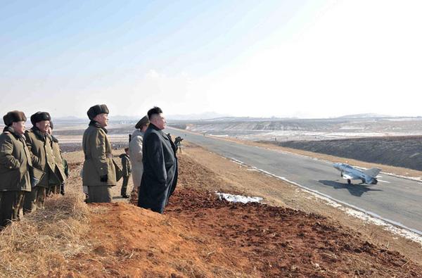 Trong ảnh là tiêm kích MiG-21 hạ cánh trong tập trận có sự theo dõi của Chủ tịch Kim Jong-un.