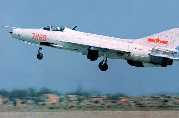 Ngoài những chiếc MiG-21 Liên Xô sản xuất, Triều Tiên có trong trang bị khoảng 40 chiếc tiêm kích F-7B (thiết kế sao chép MiG-21 của Trung Quốc). Loại này chỉ có khả năng mang 2 tên lửa đối không tầm ngắn. Ảnh minh họa