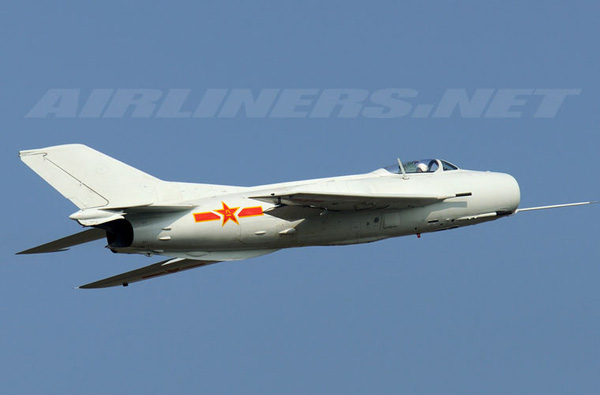 Tiêm kích F-5, F-6 do Trung Quốc sản xuất dựa trên thiết kế MiG-17 và MiG-19 của Nga. Trong đó, tiêm kích F-6 tuy đạt tốc độ siêu thanh nhưng không có radar, không có tên lửa, chỉ có pháo (tầm bắn hiệu quả dưới 1.000m). Ảnh minh họa