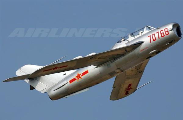 Tiêm kích F-5 chỉ đạt tốc độ dưới âm, hỏa lực gồm pháo 23mm và 37mm. Ảnh minh họa