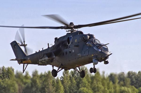"""Đầu tiên là """"huyền thoại"""" trực thăng chiến đấu Mi-24 ra đời những năm 1970. Mi-24 có bề dày thành tích đáng nể, tham gia nhiều cuộc chiến tranh trong suốt những năm 1980 tới tận ngày nay. Đây cũng là trực thăng chiến đấu duy nhất trên thế giới có khả năng chở quân như trực thăng vận tải thường, nhưng lại trang bị hỏa lực """"khủng"""" không thua kém trực thăng chiến đấu khác."""