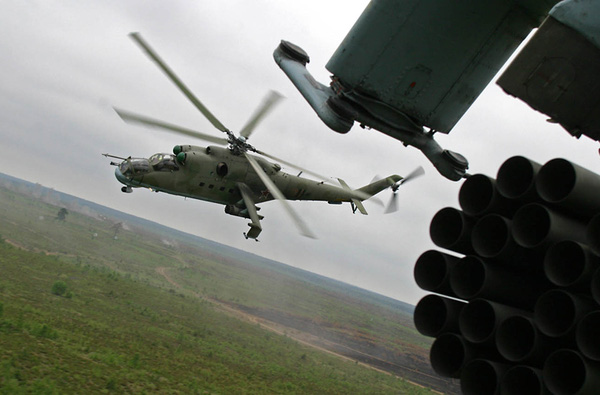 Các biến thể cải tiến hiện nay của trực thăng Mi-24 trang bị pháo 23mm hoặc 30mm ở đầu máy bay. Hai cánh nhỏ trên thân mang được hàng chục quả rocket 80mm và tên lửa chống tăng AT-6.