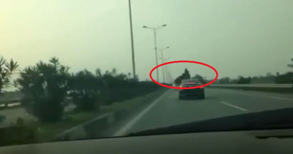 Clip: Bò lao qua đường quốc lộ và cảnh tượng khiến nhiều người giật mình