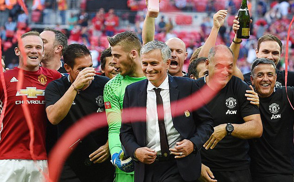 Trước thềm derby nước Anh, Mourinho nhận