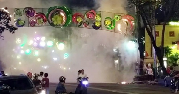 Cháy dàn đèn hoa trang trí Tết giữa trung tâm Sài Gòn
