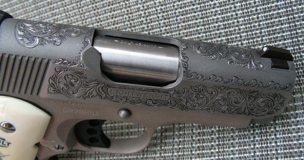 Người ta khắc nhám và tạo hình hoa văn cho súng như thế nào?