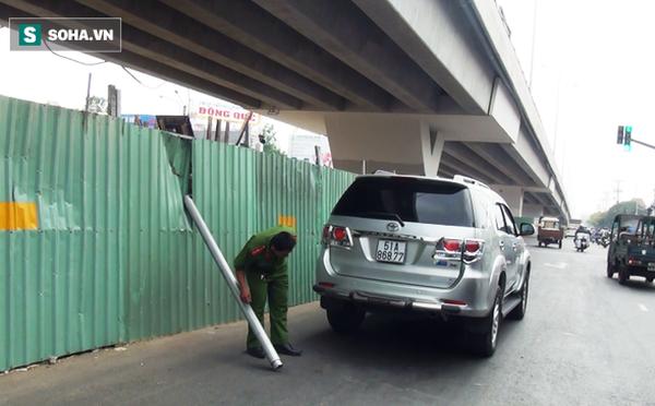 ô tô 7 chỗ Toyota Fortuner bị thanh chắn cầu rơi trung thủng nóc xe
