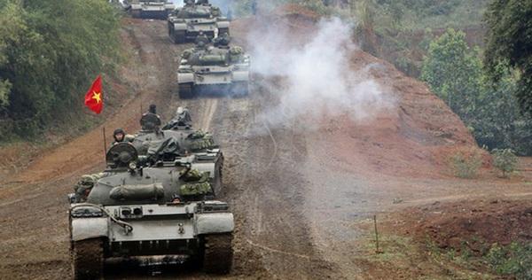 Xe tăng Việt Nam ẩn mình trong cát: Gió to thêm tý nữa, có khi sau một đêm lấp mất xe!