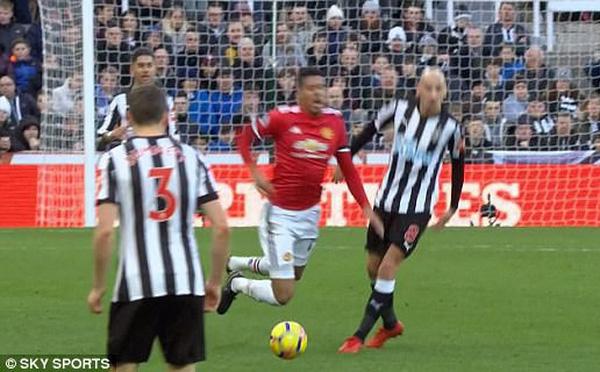 Vừa thua đau, Man United lại mất mặt khi dẫn đầu danh sách