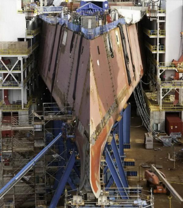 Với các tàu chiến truyền thống thường có mũi tàu cao, nhọn và hướng về phía trước, tuy nhiên, DDG-1000 lại có thiết kế phần mũi hoàn toàn ngược lại, được thiết kế rất thấp và xuôi về phía sau.