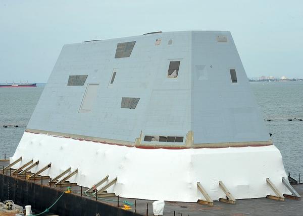 Phần tháp tàu DDG1000 được chế tạo chủ yếu bằng vật liệu composite nhằm tăng cường khả năng chịu lực và tăng khả năng tàng hình.