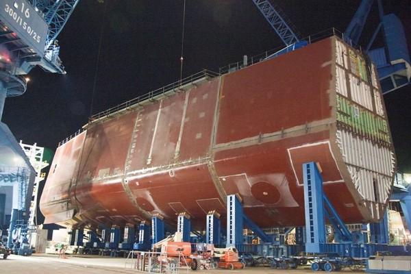 Với thiết kế đặc biệt đó sẽ giúp tàu tăng cường khả năng tàng hình và tránh cho tàu bị lắc lư mạnh khi gặp phải nhưng con sóng lớn đánh vào mũi tàu.