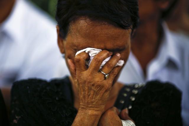 Một phụ nữ cầu nguyện cho nhà sư Somdet Phra Nyanasamvar viên tịch ở tuổi 100 tuần vừa qua ở Bangkok, Thái Lan.