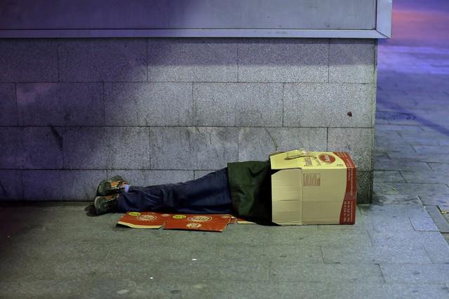 Một người đàn ông ngủ trong hộp các tông ở Madrid, Tây Ban Nha.