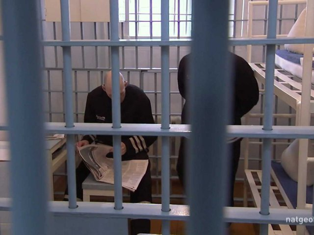 Hai phạm nhân sống trong một phòng giam rộng 4,5 m2.