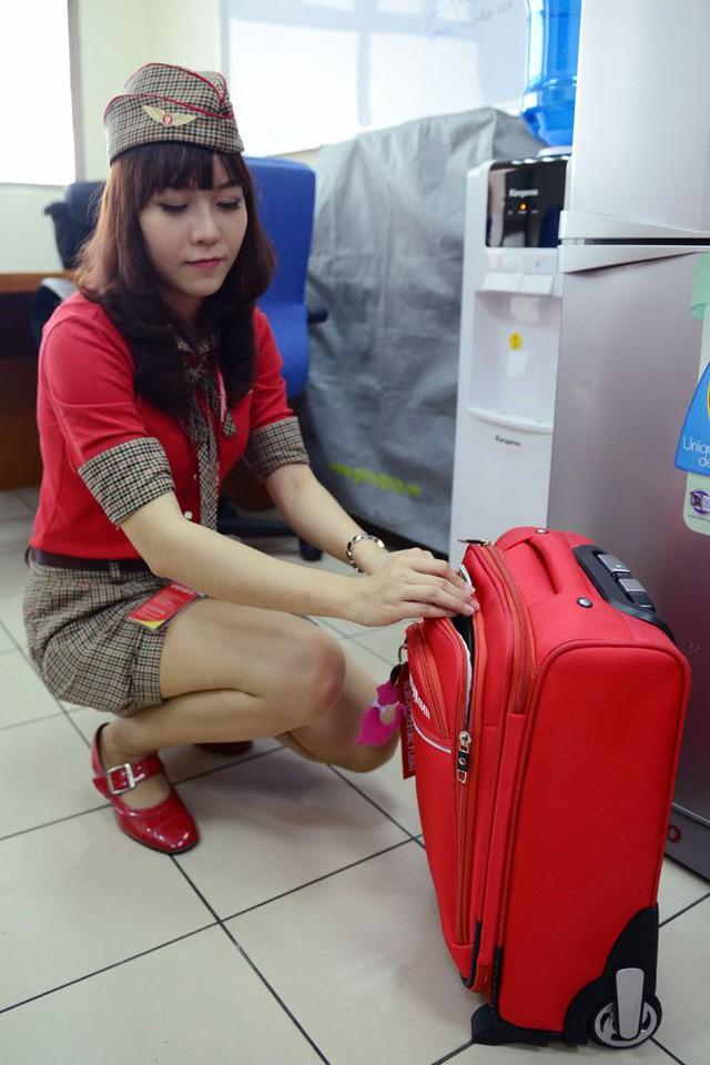 Từ trang phục, túi, giầy đều màu đỏ