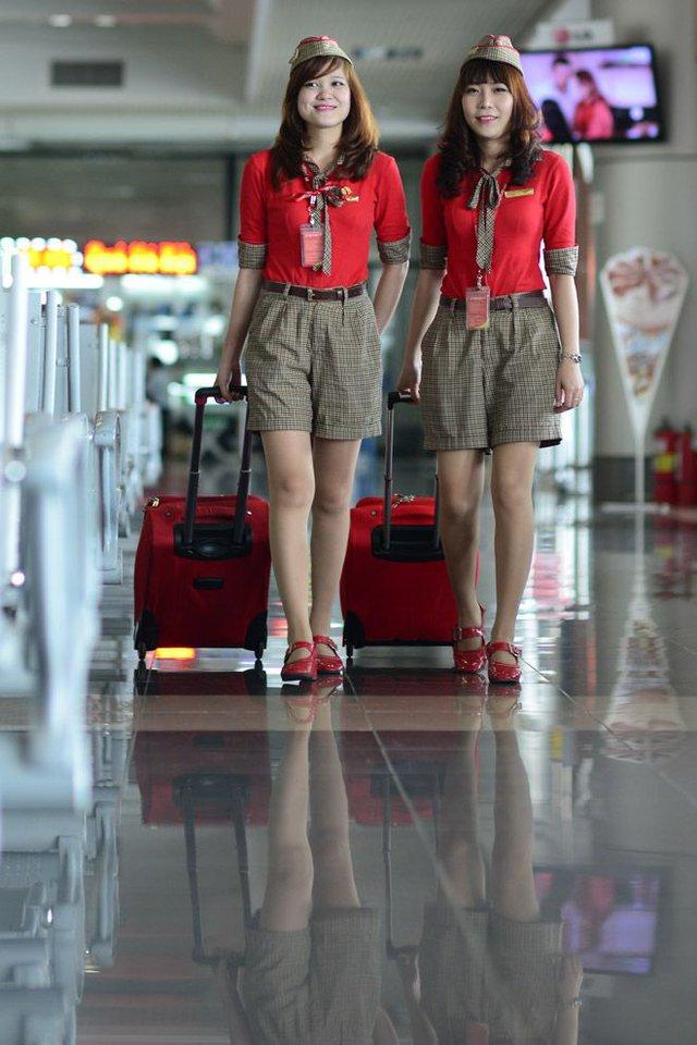 Cận cảnh tiếp viên xinh đẹp Vietjet Air trước giờ bay