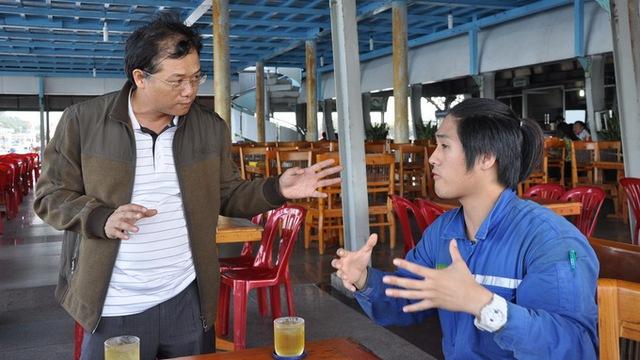Ông Lê Văn Chiến - giám đốc Cảng vụ hàng hải Vũng Tàu hỏi thăm các thủy thủy tàu Heung- A Dragon tại bến tàu cánh ngầm - Ảnh: Đông Hà.