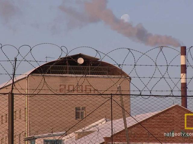 Nhà tù giam giữ khoảng 700 phạm nhân mắc các tội danh nguy hiểm như ăn thịt người, giết người hàng loạt và khủng bố.