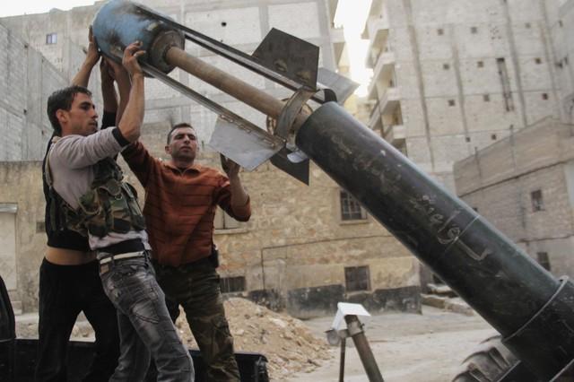 Các chiến binh phiến quân chuẩn bị phóng rocket tự chế nhằm vào quân đội chính phủ ở Aleppo, Syria.