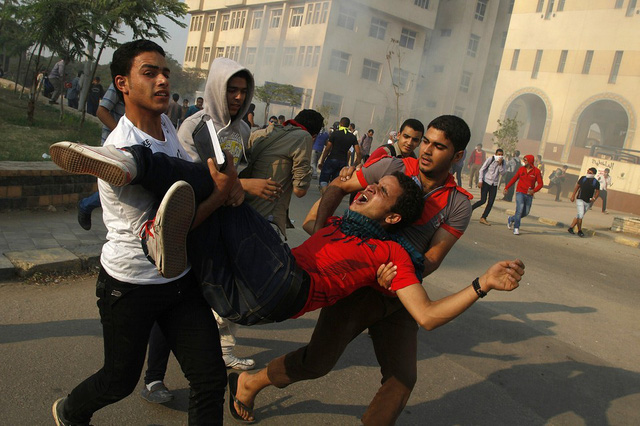 Những người ủng hộ Tổng thống bị phế truất Mohammed Morsi mang một người bị thương trong cuộc đụng độ với lực lượng an ninh ở thủ đô Cairo, Ai Cập.