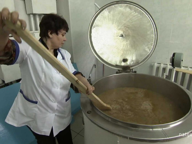 Phạm nhân được cho ăn súp và bánh mì.