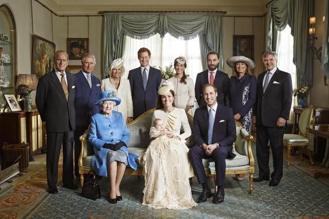 """Bức ảnh hiếm hoi tập trung 4 thế hệ Hoàng gia Anh đã được công bố lần đầu tiên trong vòng 120 năm. Trong ảnh, Nữ hoàng Elizabeth II ngồi trên ghế, xung quanh là ba vị vua tương lai của nước Anh: Con trai của nữ hoàng - thái tử Charles, cháu nội là Công tước xứ Cambridge William và chắt là """"Hoàng tử bé"""" George ngồi trong lòng mẹ là công nương Kate."""