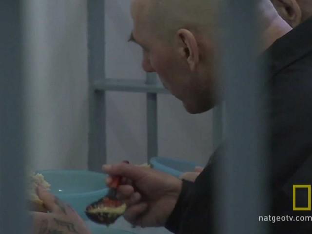 Phạm nhân phải ăn ngay trong phòng giam.