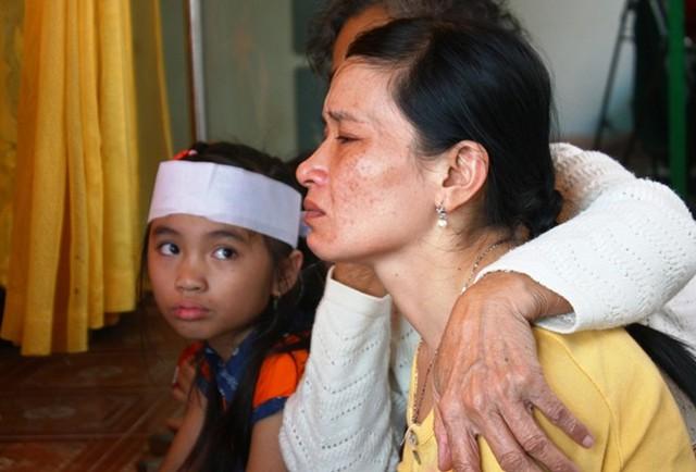 Mẹ của học sinh chết đuối ở Cần Giờ vật vã gào khóc đòi con