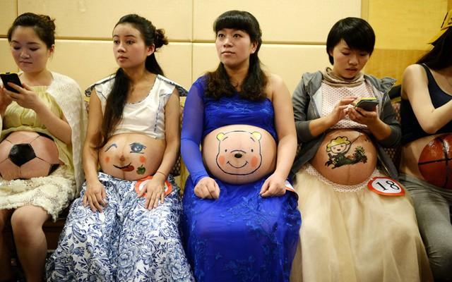 Các phụ nữ đang mang bầu tham gia cuộc thi vẽ trang trên bụng tại một bệnh viện phụ sản và trẻ em ở thành phố Trùng Khánh, Trung Quốc.