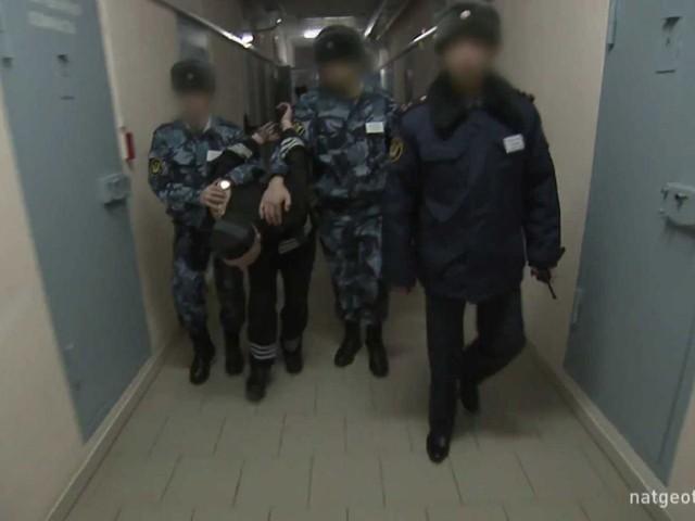 Khi phạm nhân rời khỏi phòng giam, chúng buộc phải đi ở tư thế cúi đầu ngang thắt lưng.