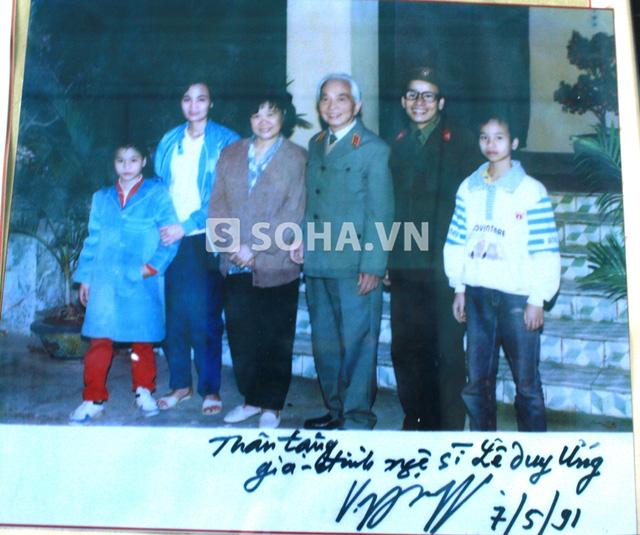 Bức ảnh chụp cùng Đại tướng Võ Nguyên Giáp được treo trang trọng tại phòng khách gia đình họa sĩ Lê Duy Ứng