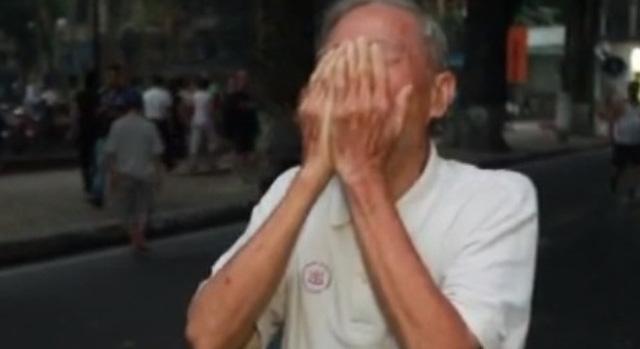 Một cụ ông 83 tuổi vì quá xúc động trước sự ra đi của Đại tướng, ông đứng vái vọng, khóc như mưa ở ngoài Nhà tang lễ Quốc gia