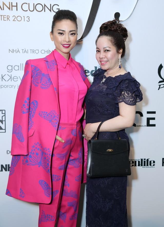 Ngô Thanh Vân trong thiết kế bắt mắt, bên cạnh bà Nguyễn Thị Diễm Hằng - Giám đốc Mimi Spa nơi đã làm đẹp cho cô