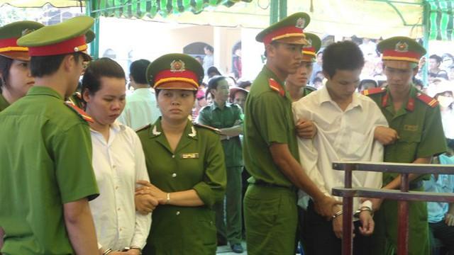 Nguyễn Văn Phong và Nguyễn Thị Thắm tại phiên tòa.