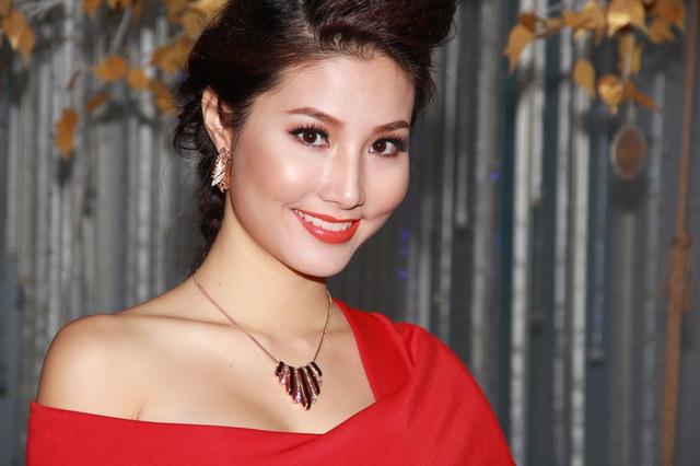 Cô được khen ngợi rất nhiều khichọn mặc chiếc váymàuđỏ trông rất trẻ trung và sang trọng.