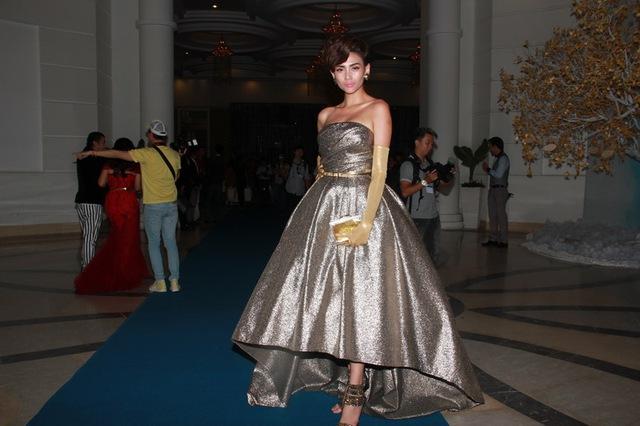 Tối qua, Võ Hoàng Yến diện bộ trang phụcđược thiết kế rất sang trọng. Trông cô xinhđẹp và cá tính tựa