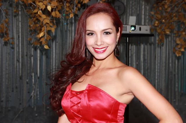 Cựu mẫu Thúy Hạnh cũng nổi bật không kém với váy đỏcúp ngực.