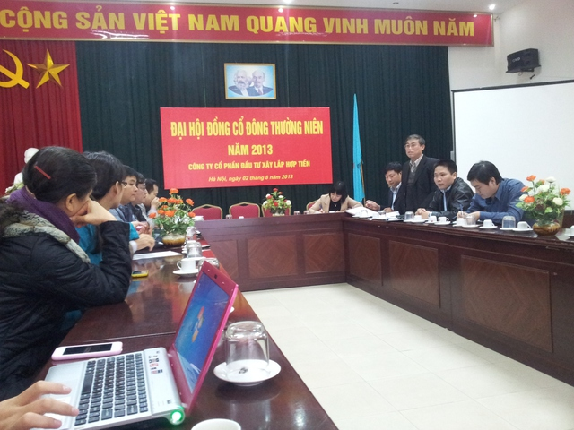 Ông Trần Hữu Nam (người đứng) nhận lỗi và trách nhiệm trước khách hàng mua nhà