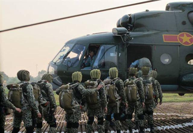 Thiếu tướng Trịnh Xuân Chuyền, Chính ủy Binh chủng Đặc công, trực tiếp chỉ đạo buổi huấn luyện, cho biết: Trước yêu cầu nhiệm vụ mới, Binh chủng Đặc công đã được Bộ Quốc phòng giao nhiệm vụ huấn luyện dù cho một bộ phận chiến đấu viên, sẵn sàng tham gia chống khủng bố và tìm kiếm cứu nạn.