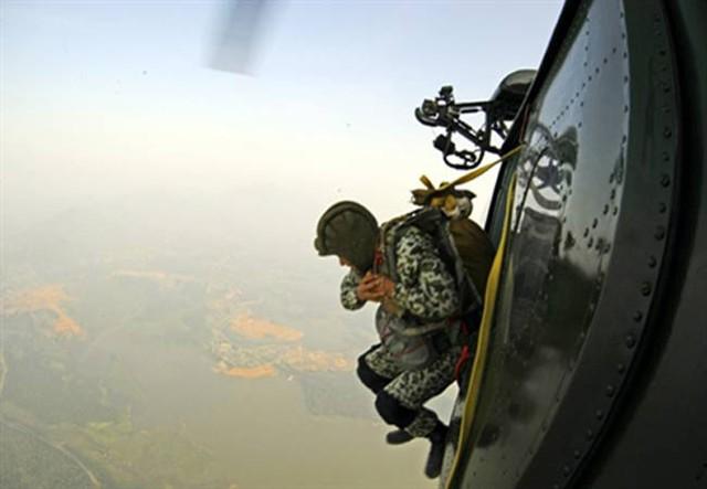 Chiến sĩ rời khỏi máy bay