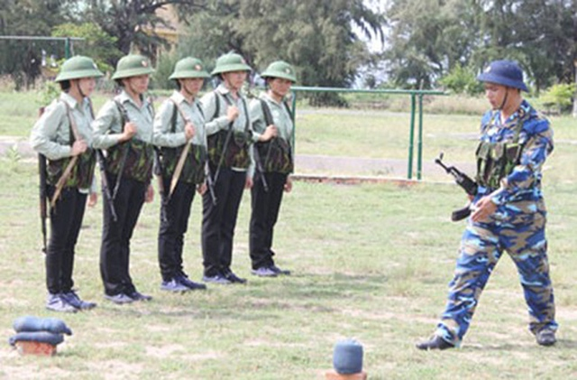 Chăm chú quan sát giáo viên lên lớp bài 1 súng Tiểu liên AK.