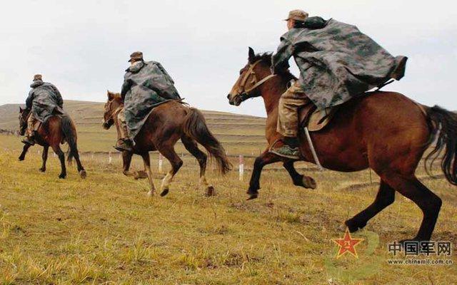 Việc TQ quyết định duy trì cũng như phát triển 2 tiểu đoàn kỵ mã độc đáo của mình cũng bởi do điều kiện tự nhiên ở khu vực Nội Mông, theo đó vào mùa đông khi tuyết ngập trắng khắp vùng đất này việc di chuyển bằng ngựa trở nên hết sức dễ dàng so với nhưng thiết bị cơ giới khác.