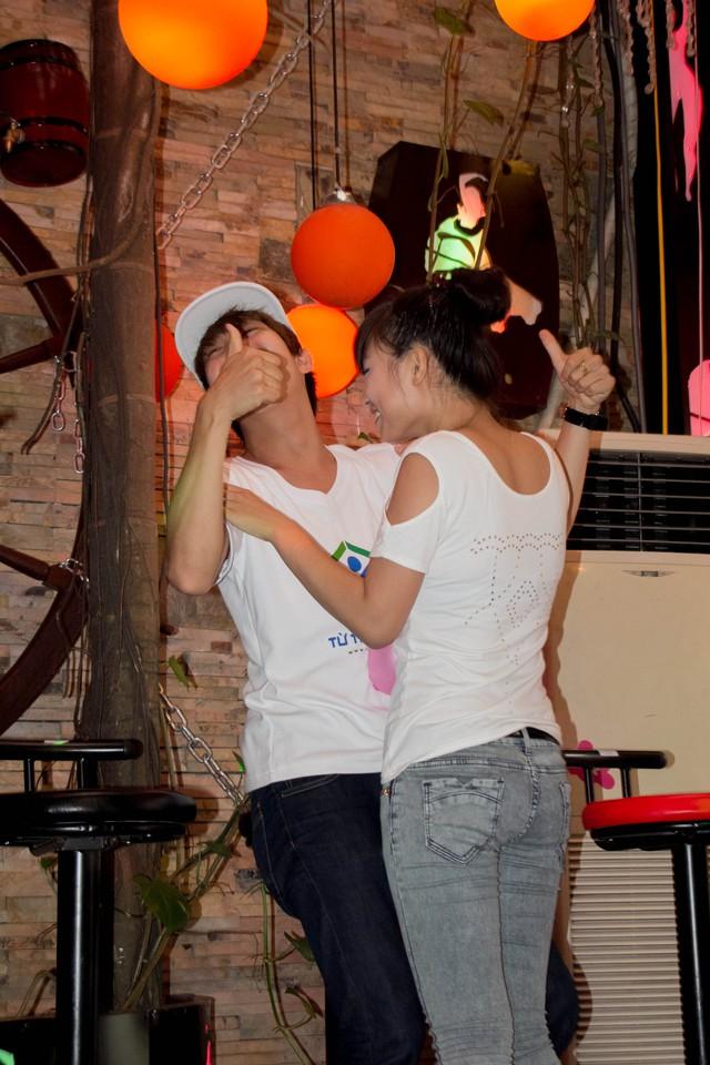 Hotboy đến từ Hà Nội tỏ ra rất ngại ngùng khi phải tiếp xúc cơ thể một cách quá gần gũi với fan nữ.