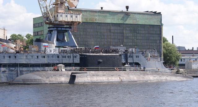 Nhà máy đóng tàu Admiralty đã khởi đóng tàu ngầm Kilo thứ 5 cho Hải quân Việt Nam. Trong ảnh: Tàu ngầm Hồ Chí Minh neo đậu tại cảng nhà máy.