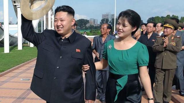 Nhà lãnh đạo Triều Tiên Kim Jong-un cùng phu nhân Ri Sol-Ju thăm công viên giải trí Rungna ở Bình Nhưỡng ngày 26/7/2012