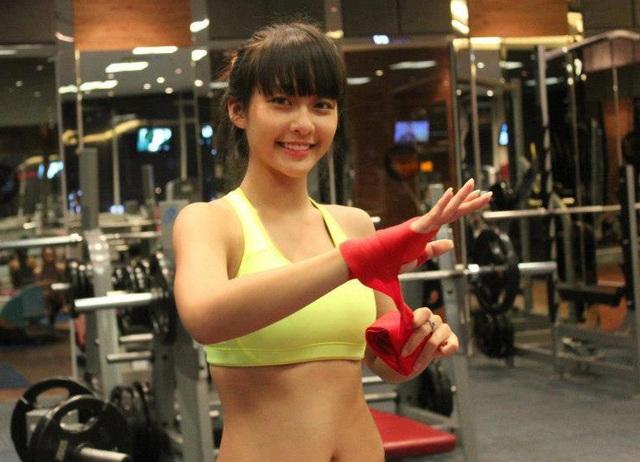 Clip: Ngắm 'boxing girl' Khả Ngân đấm bốc chụp hình