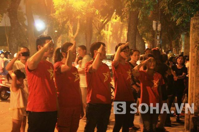 Trước đó, đúng 21h, một nhóm Phượt tình nguyện gồm 5 bạn trẻ đã đứng hát vang bài Quốc ca trước cổng nhà Đại tướng vẫn đang khóa chặt.