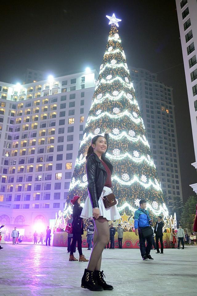 Cây thông Noel cao nhất Việt Nam được đặt tại quảng trường khu đô thị Royal City